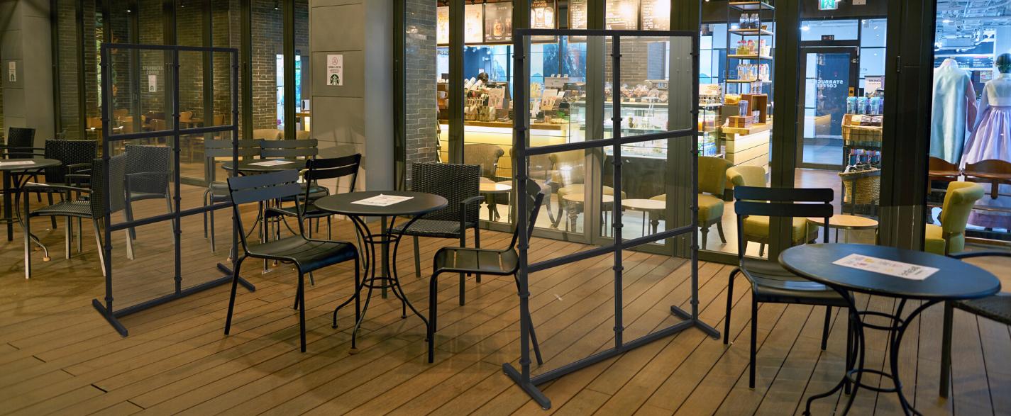 industrialna konferencyjna przestrzeń ze stolikami krzesłami i przegrodami industrialnymi